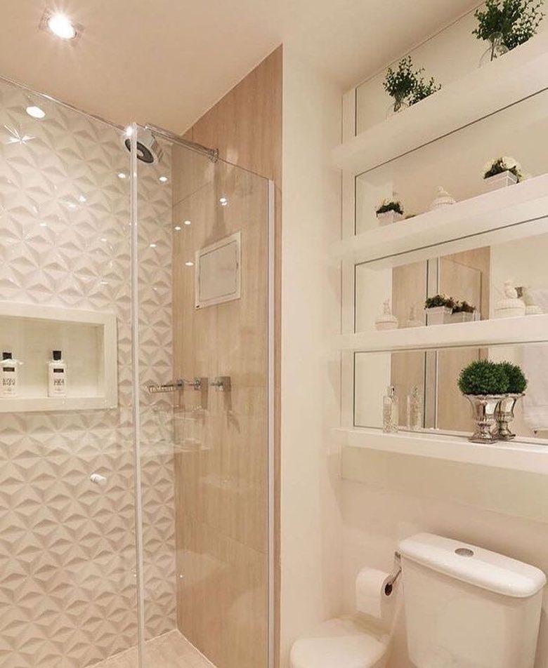 banheiro pequeno em tons claros de branco e bege estilo clean