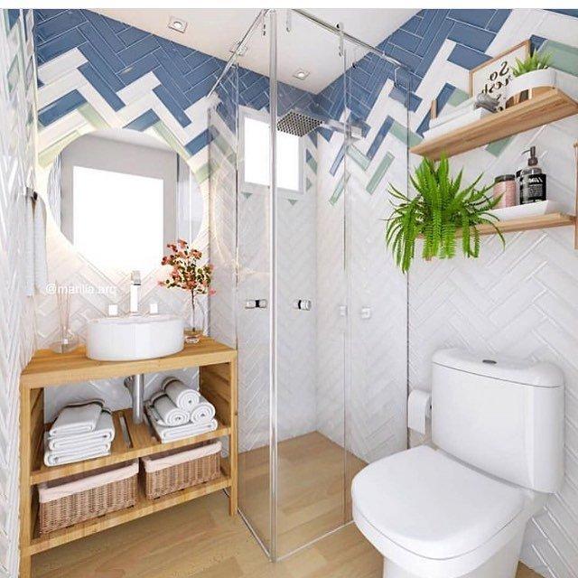banheiro pequeno em tons de azul e muita madeira no piso e armários