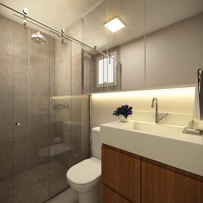 banheiro pequeno em cinza e branco e armário amadeirado