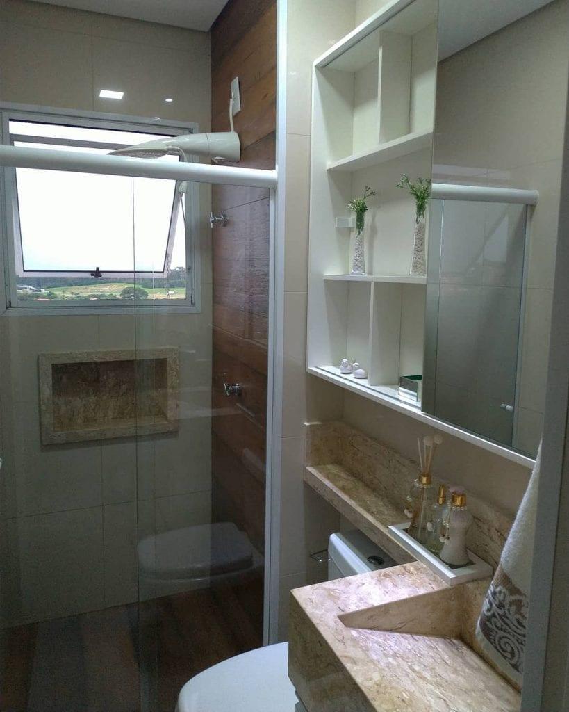 banheiro com revestimento de madeira no box e cuba de travertino