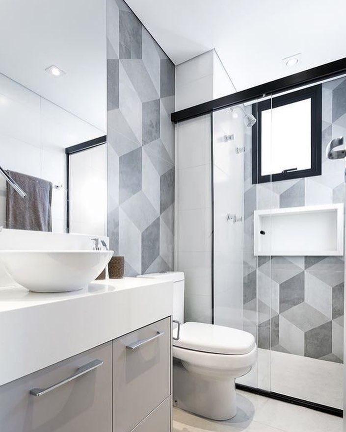 banheiro pequeno clean e moderno com revestimento geométrico