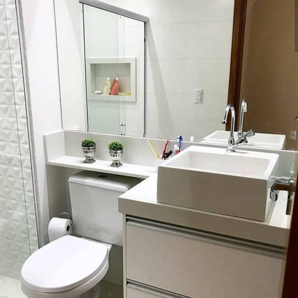banheiro pequeno simples todo branco