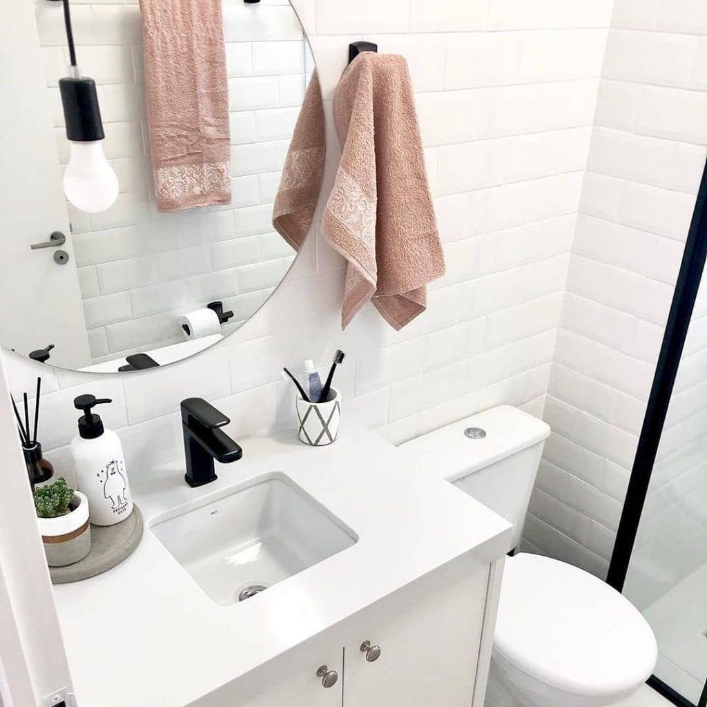 banheiro pequeno e simples branco estilo escandinavo