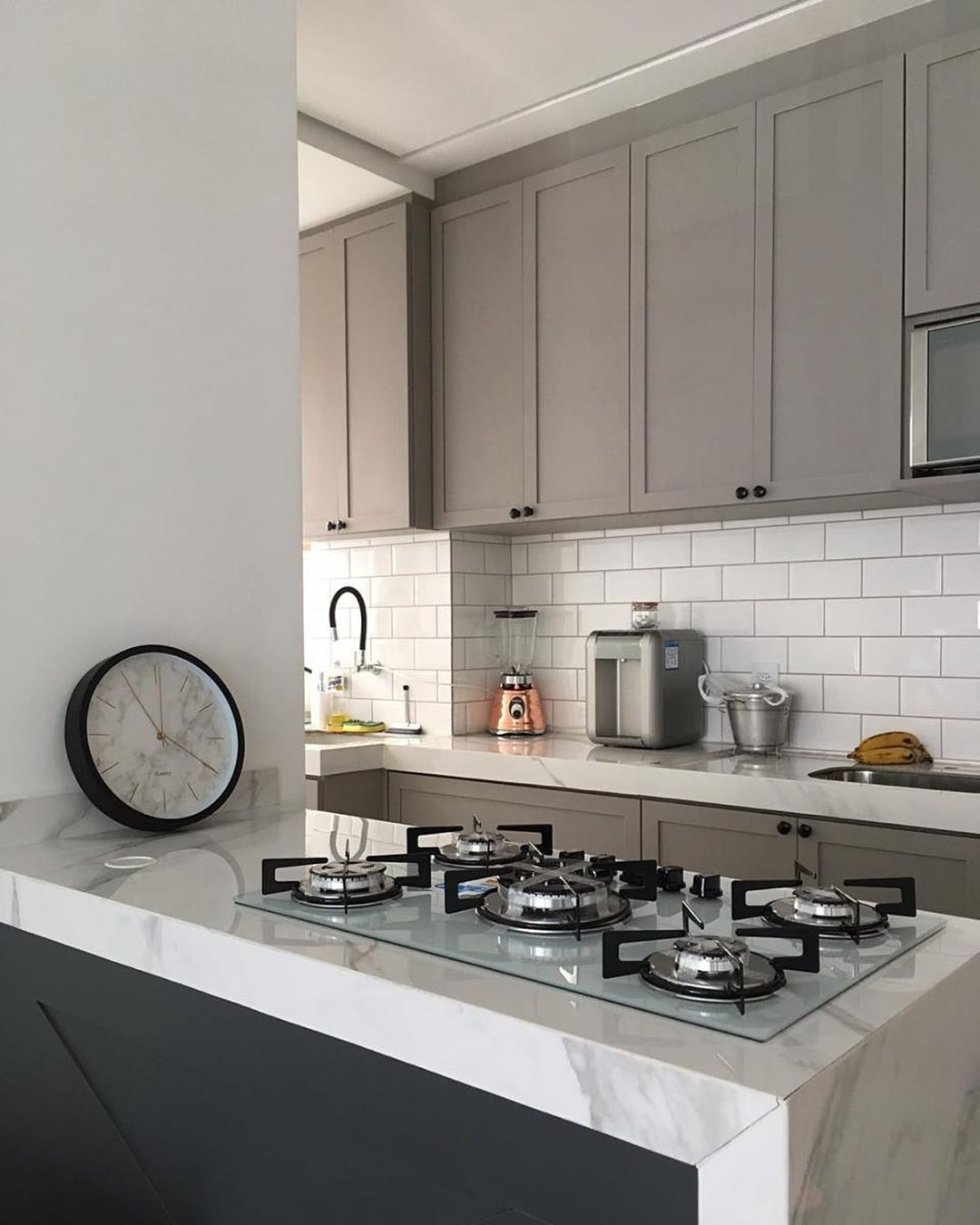 cozinha cinza e branco de apartamento