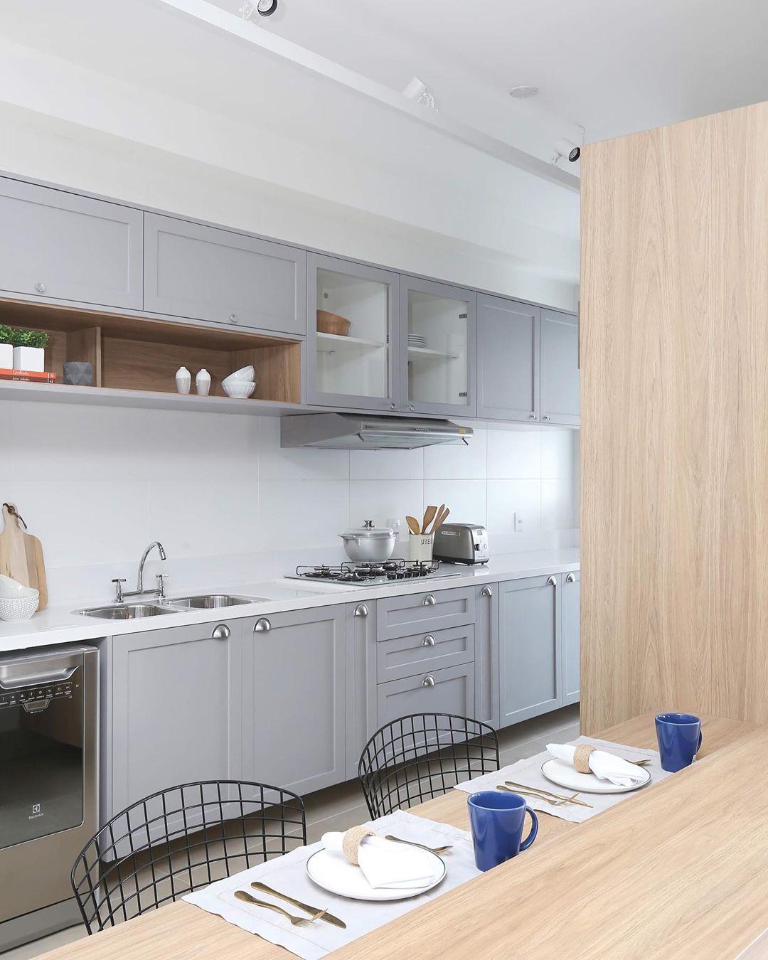 cozinha-cinza-claro-e-madeira