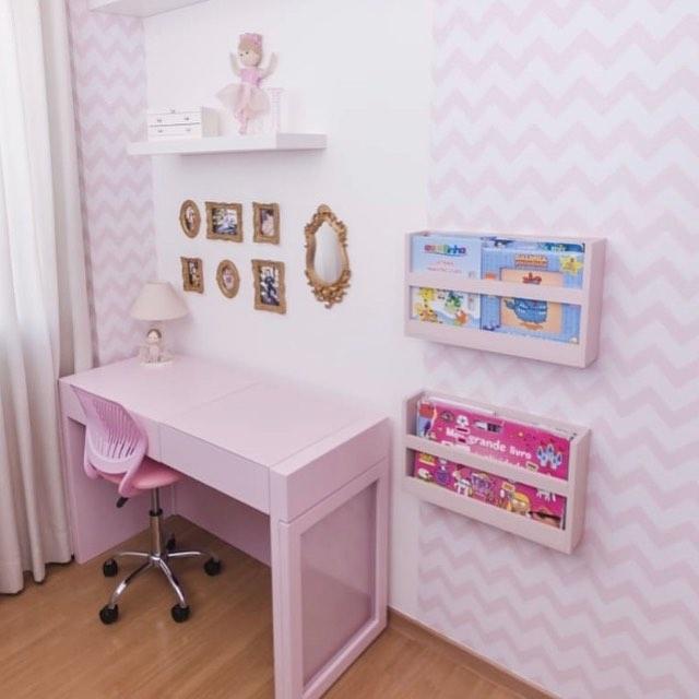 quarto com escrivaninha rosa claro