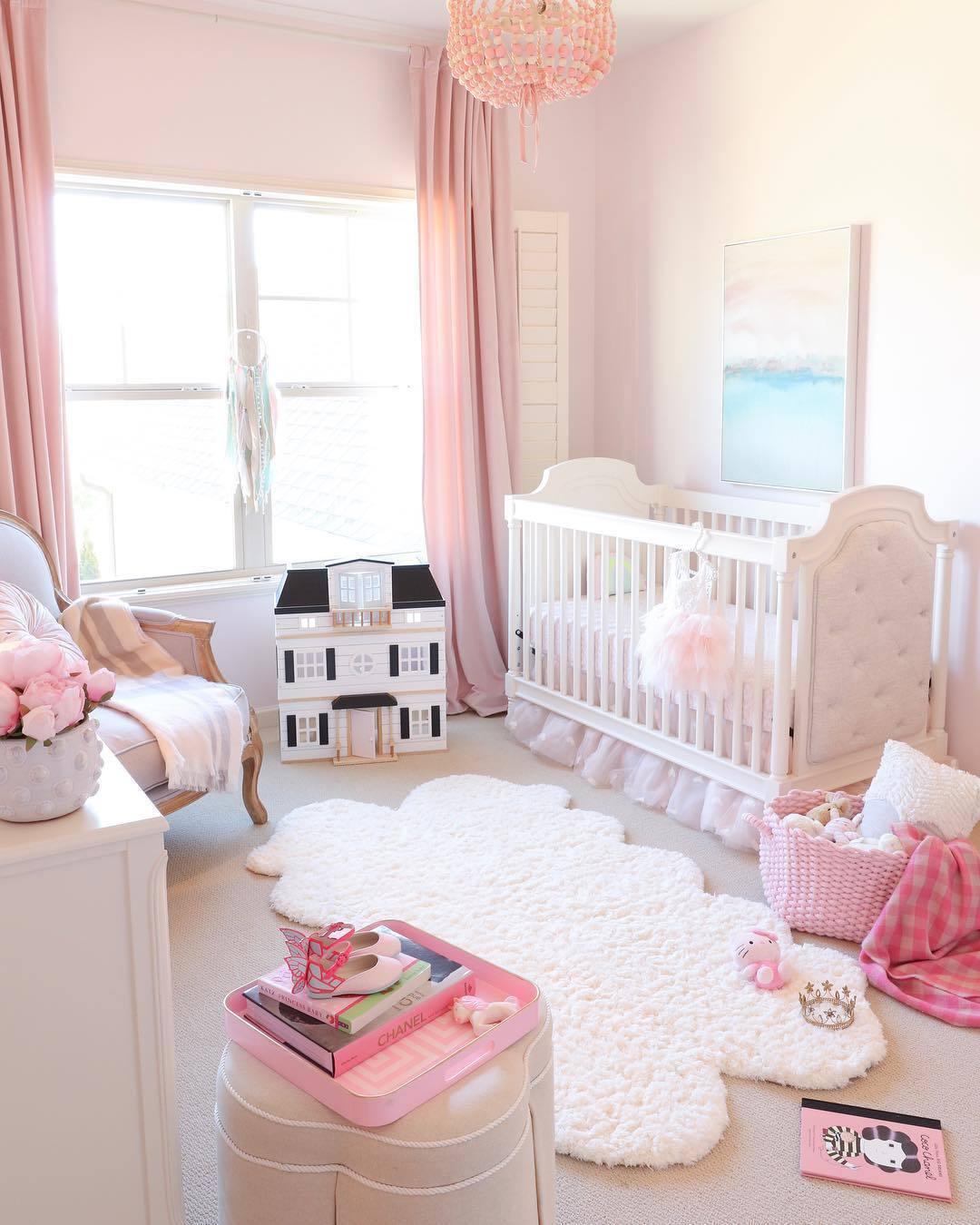 quarto de bebê rosa e branco