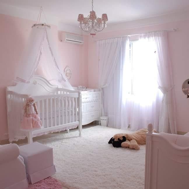 quarto de bebê rosa com branco