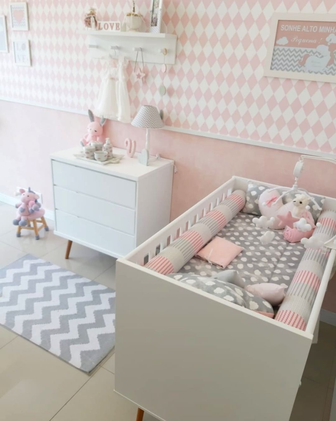 quarto rosa. cinza e branco de bebê