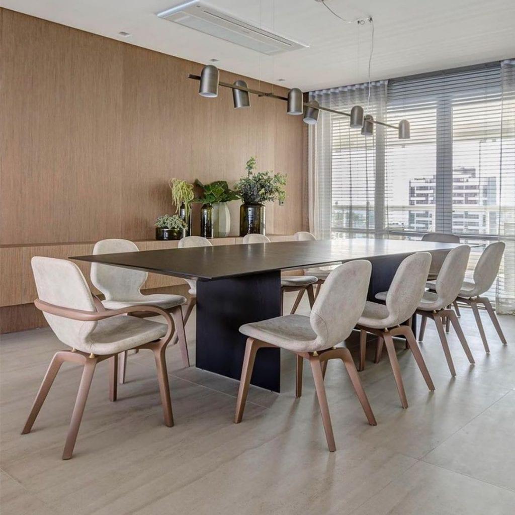 mesa de jantar preta retangular com cadeiras brancas