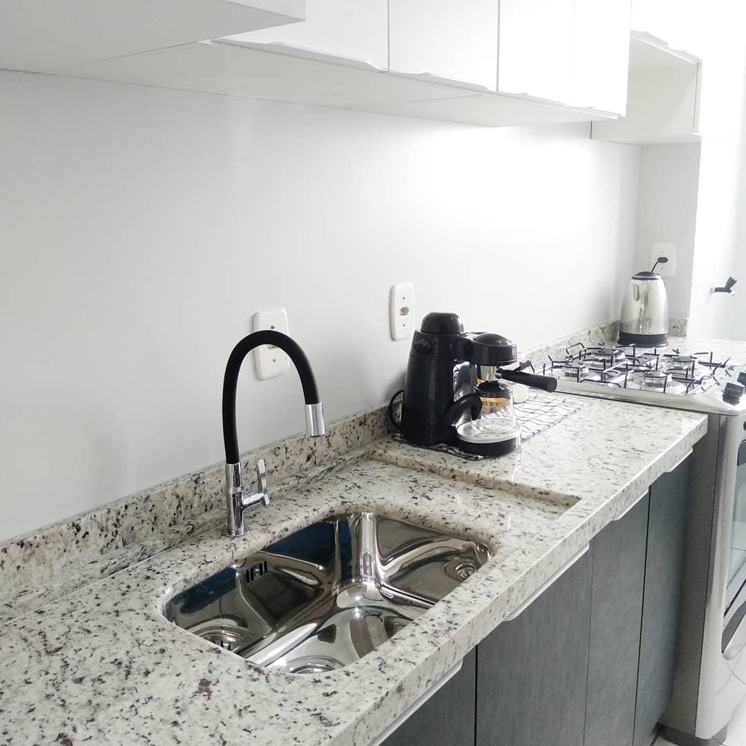 granito branco em cozinha simples e pequena