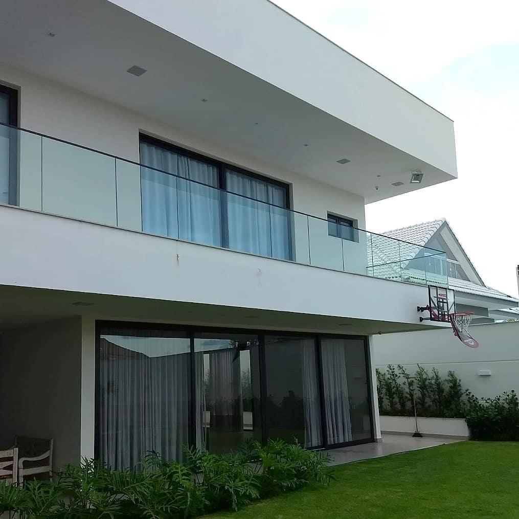 guarda corpo de vidro de fachada de casa com varanda