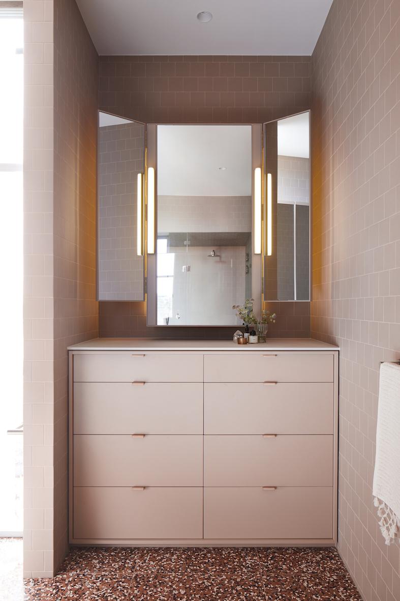 banheiro com granilite rosa