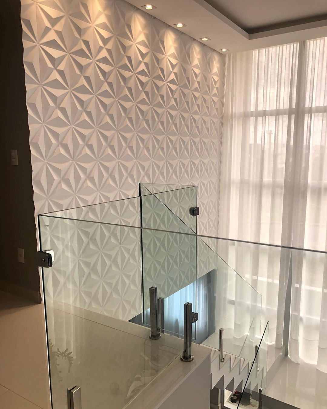 guarda-corpo vidro em escada minimalista