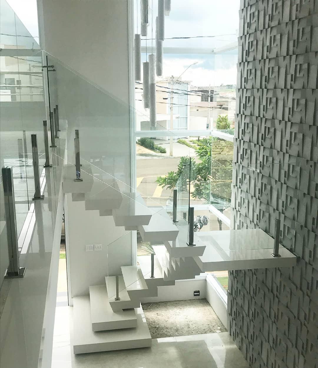 guarda-corpo de vidro em escada clean