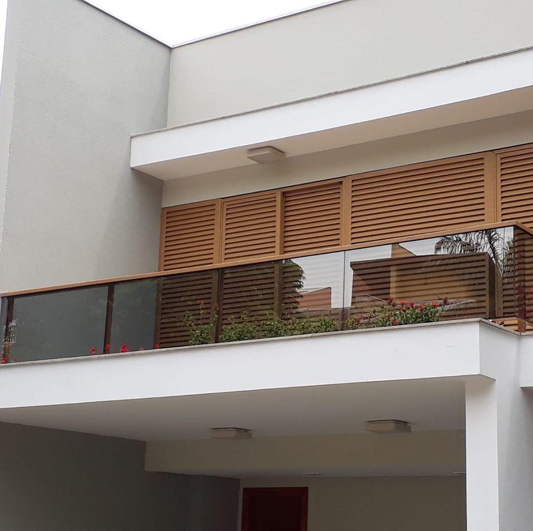 guarda-corpo madeiro e vidro em varanda de casa