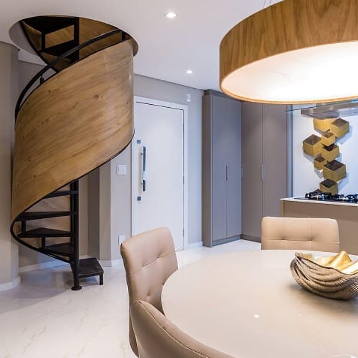 escada caracol em ferro e madeira