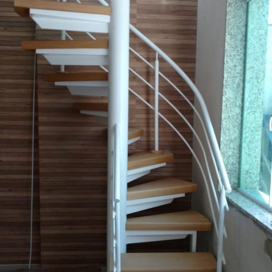 escada caracol com degraus em madeira