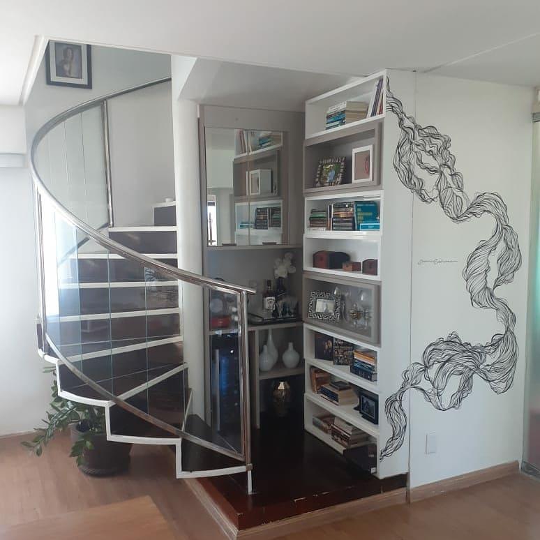 escada caracol em madeira e vidro
