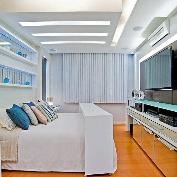 quarto de casal clean em branco e toques de azul