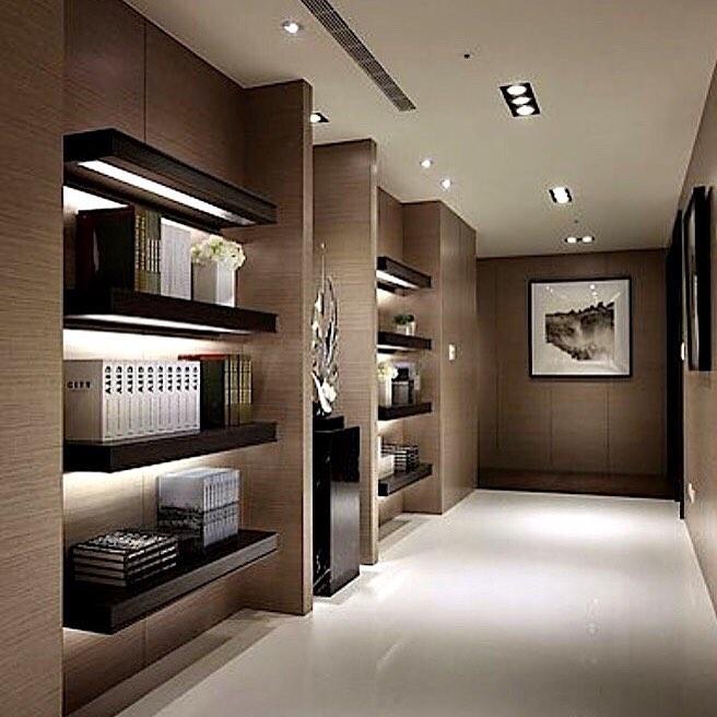 decoração de corredor largo com prateleiras iluminadas