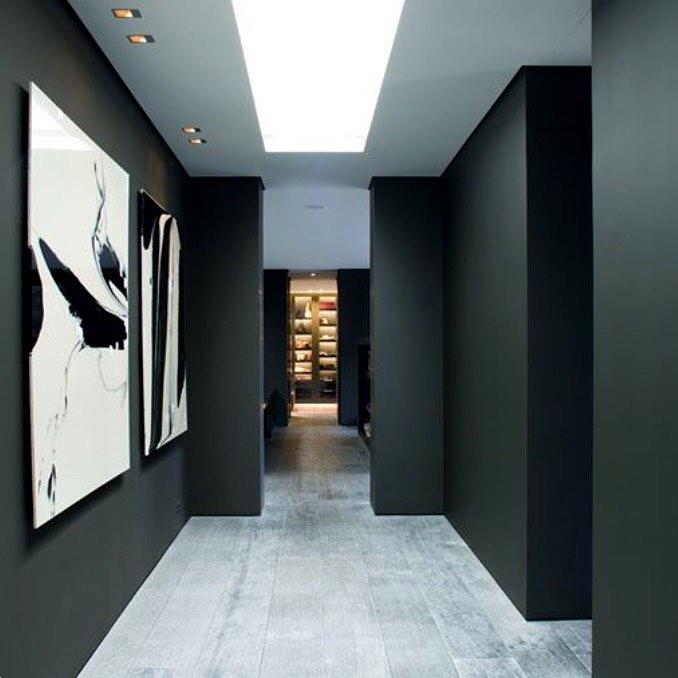 corredor com paredes pretas e quadros