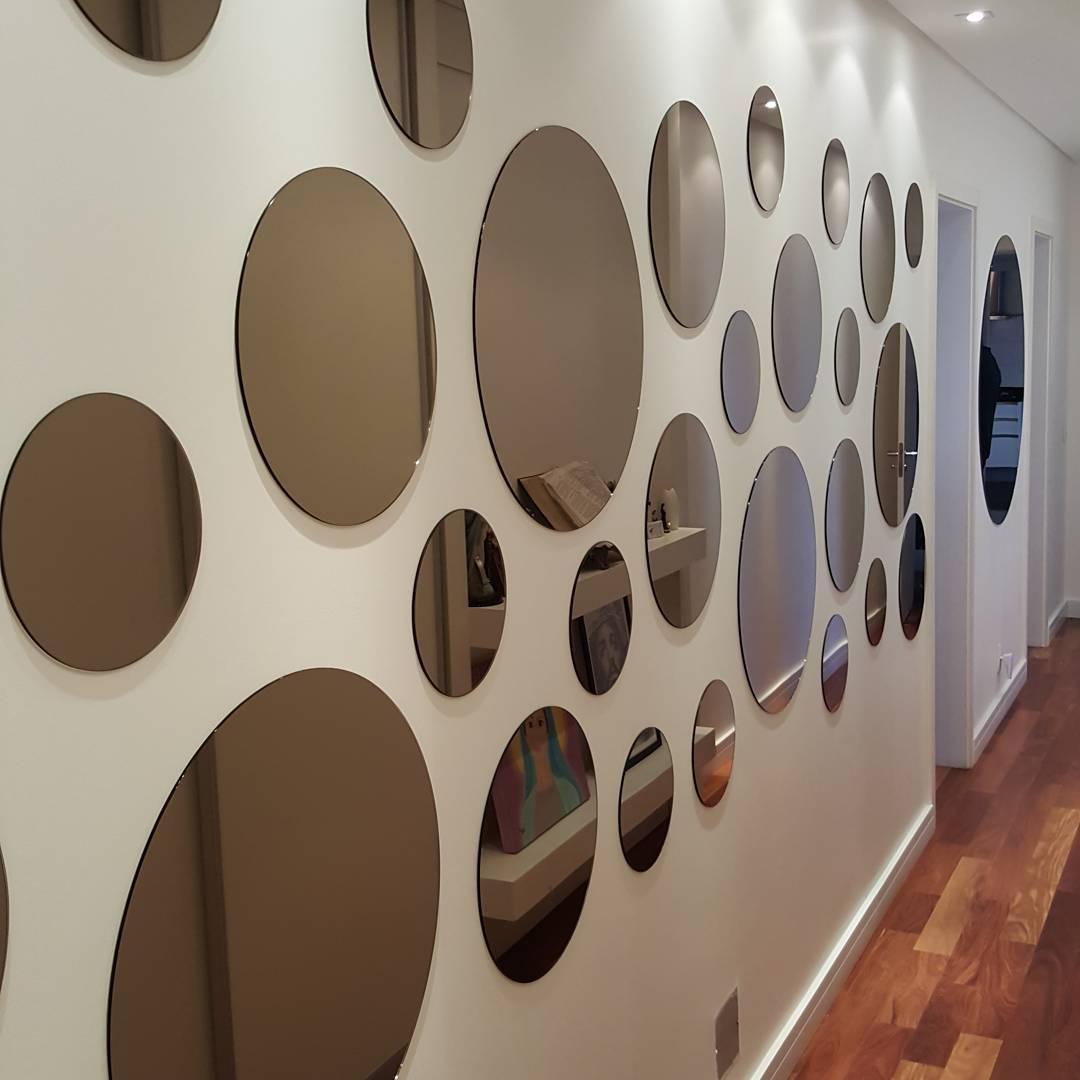 corredor decorado com espelhos redondos
