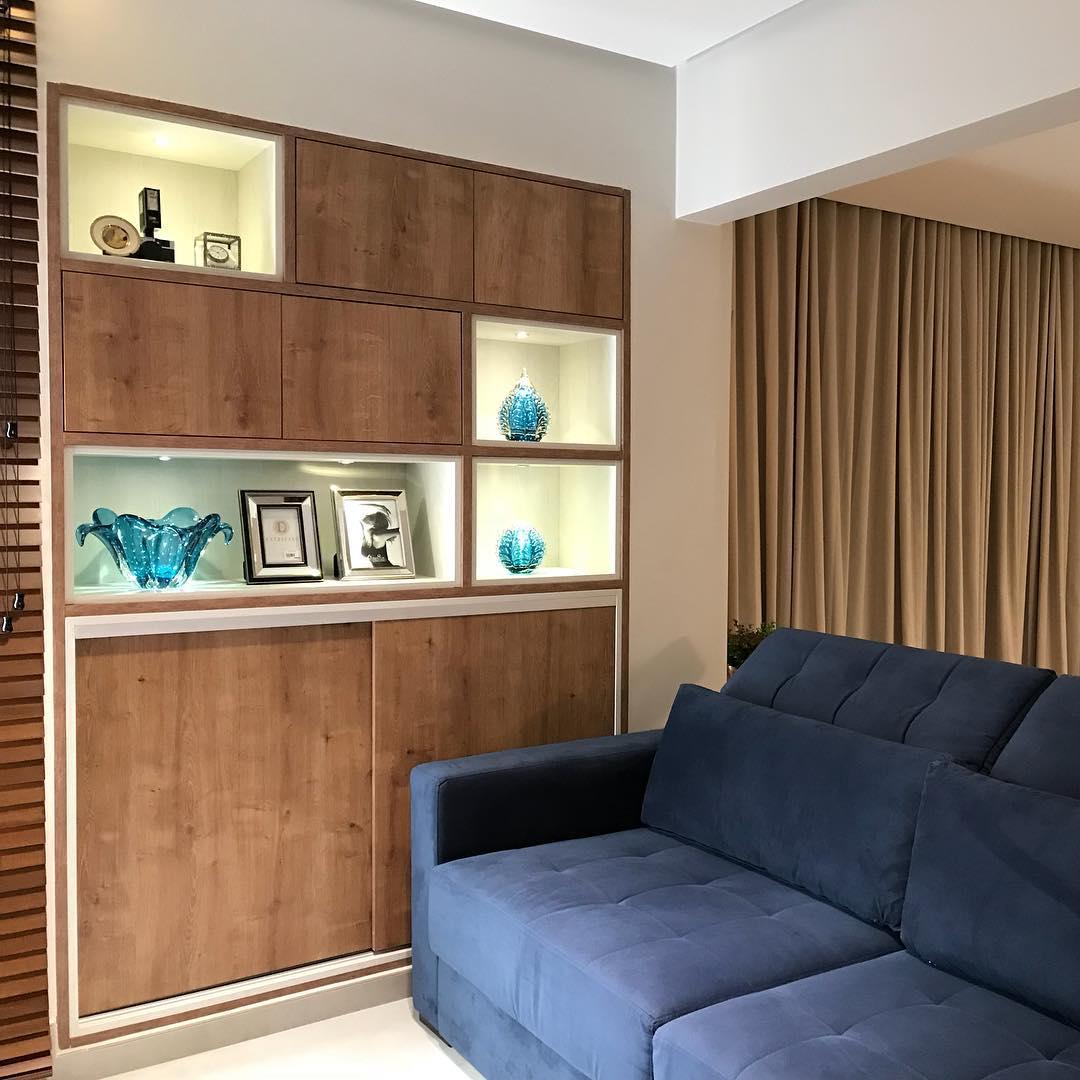 sofa azul marinho retratil e madeira