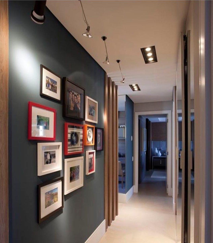 corredor decorado com molduras de fotos