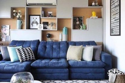 apartamento com sofa azul retratil
