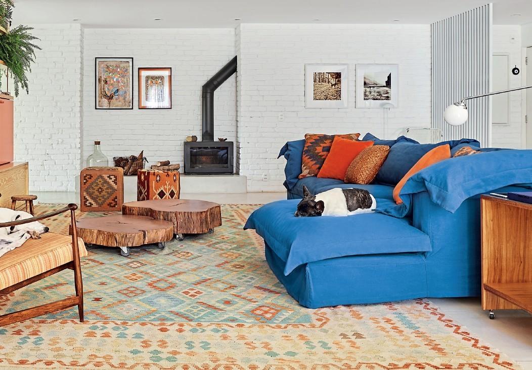 decoração despojada e colorida com sofa azul