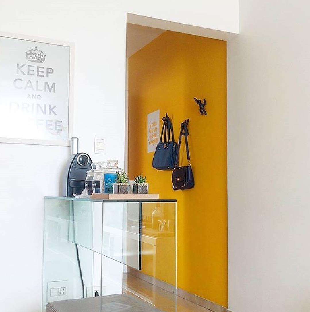 cor amarela no corredor