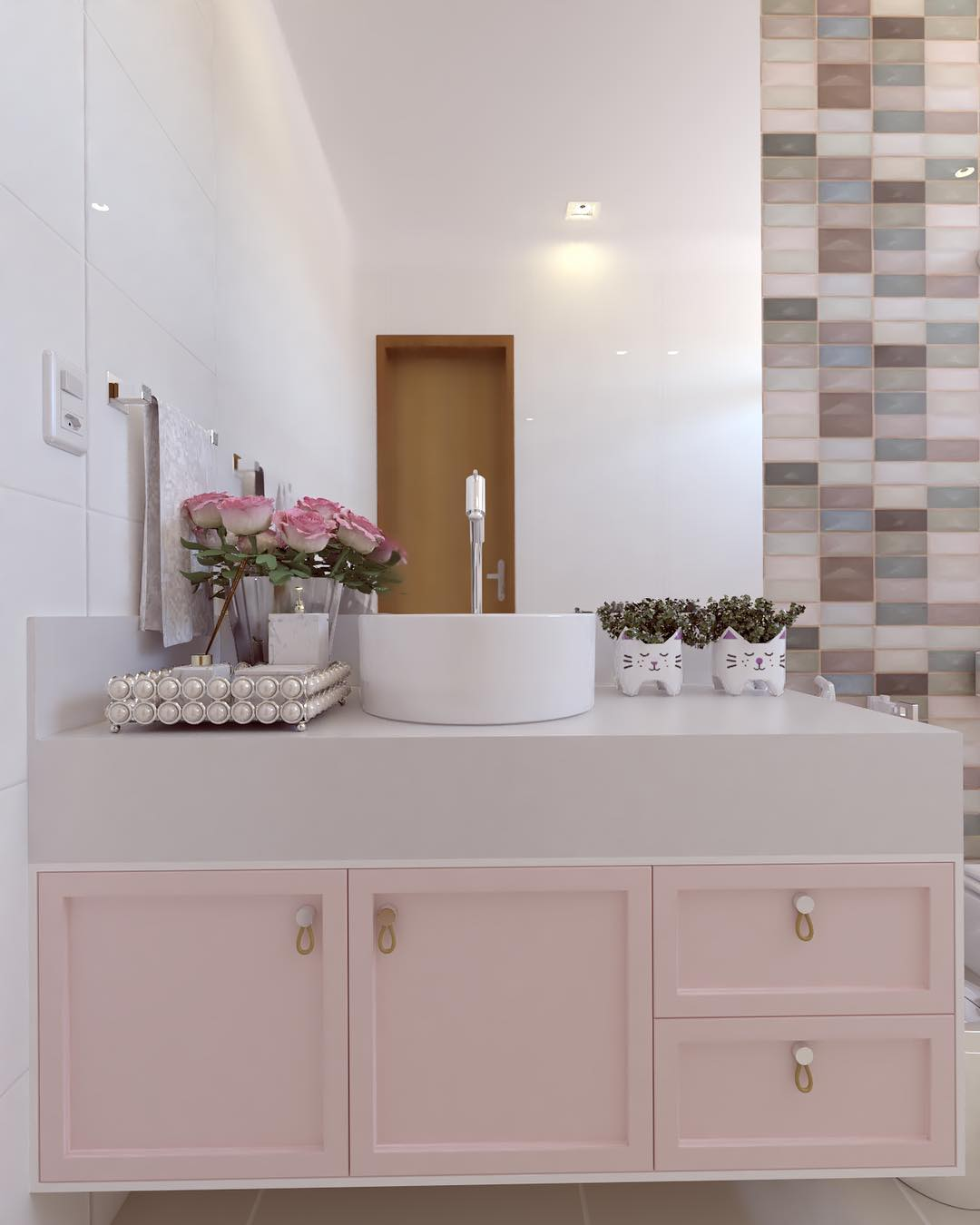 banheiro com armarios rosa clarinho