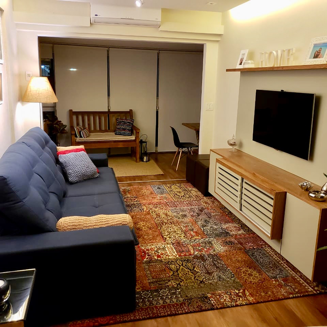 sala tradicional com sofá azul marinho