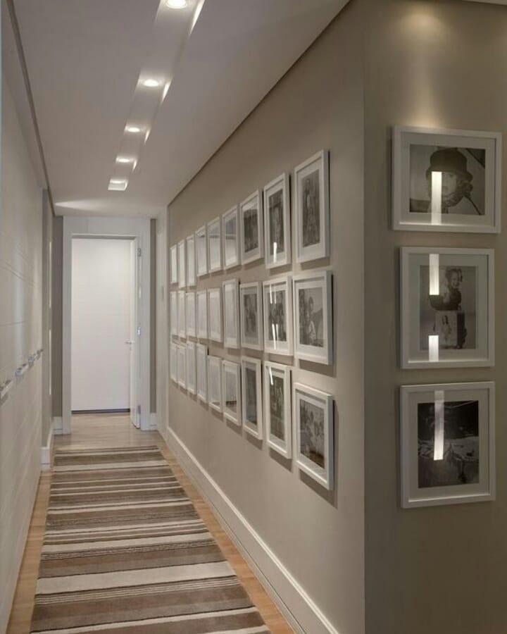 corredor decorado com quadros e fotos