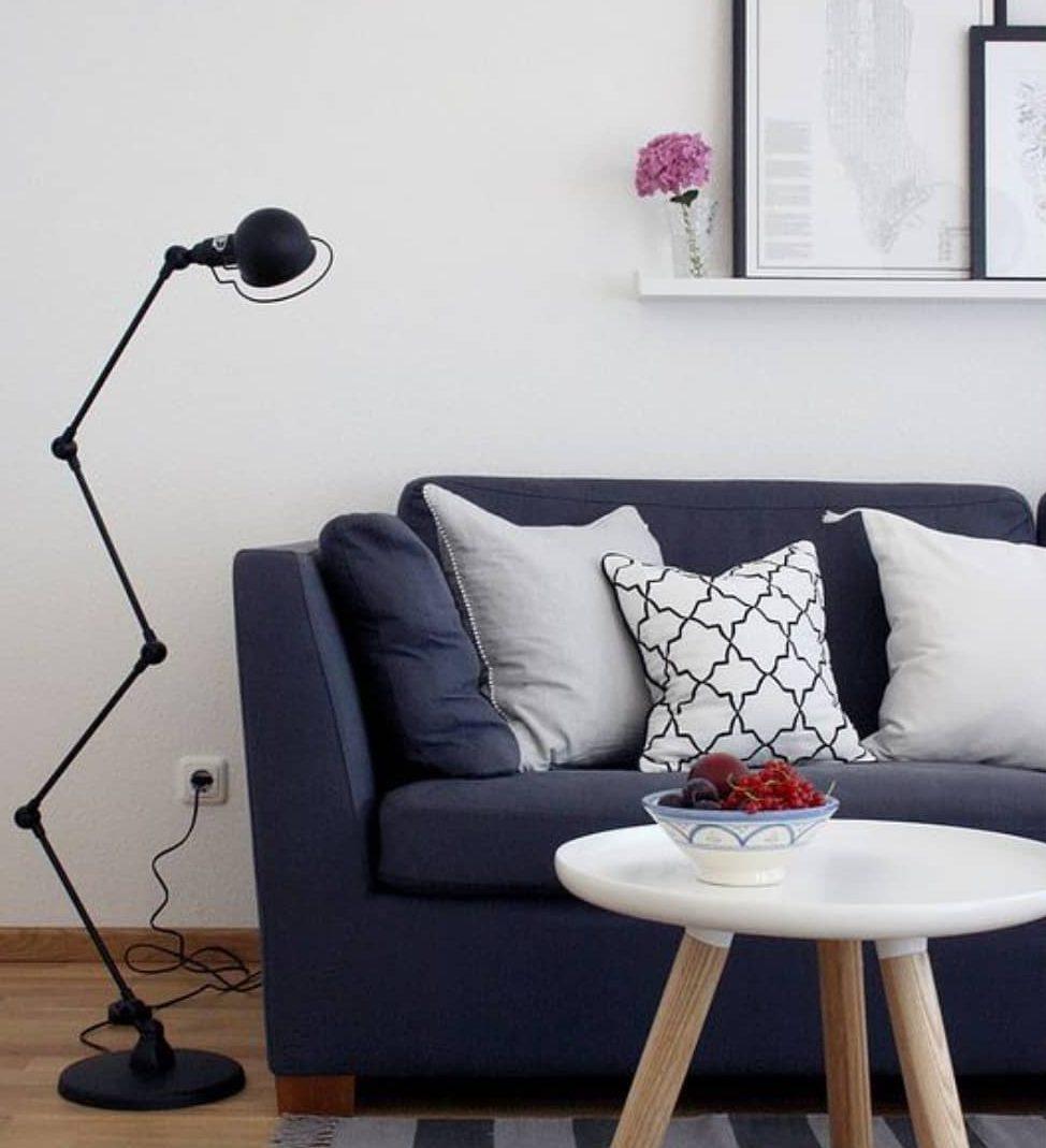 composição de sofa azul marinho com almofadas preto e branco