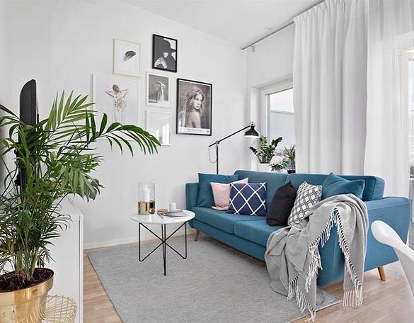 sala branca com sofa azul