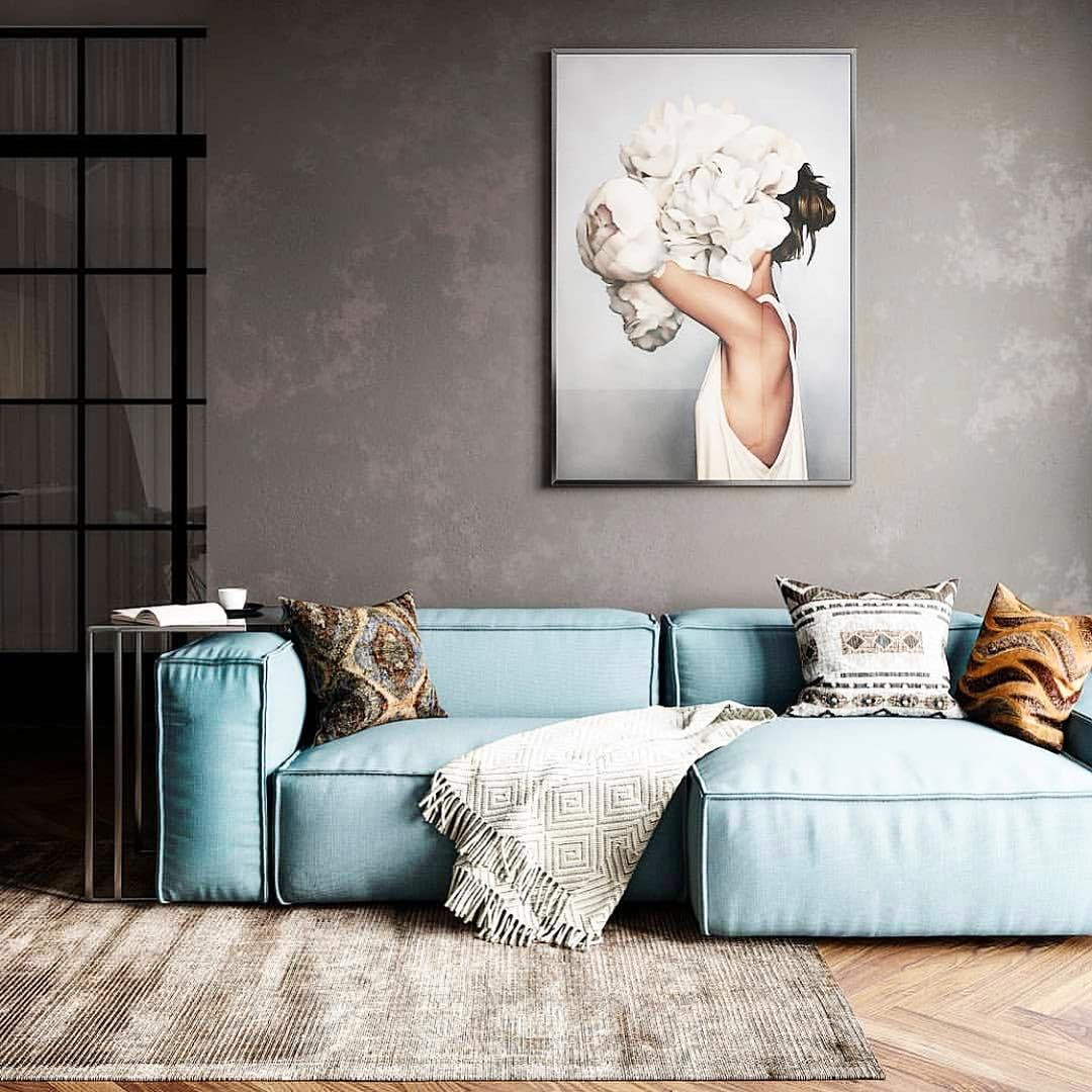 sofá azul claro e parede de cimento queimado