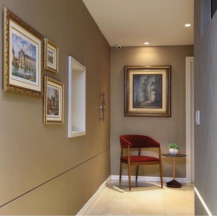 cooredor decorado luxuoso com obras de arte