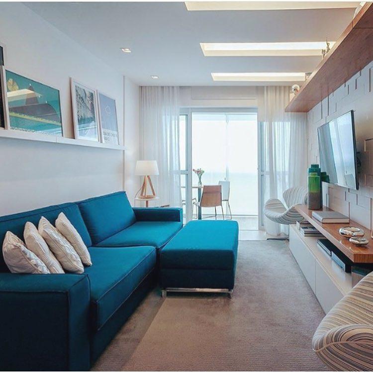 decoração de sala com sofa azul