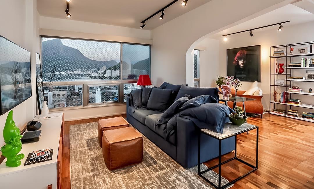 sofa azul marinho moderno e luxuoso