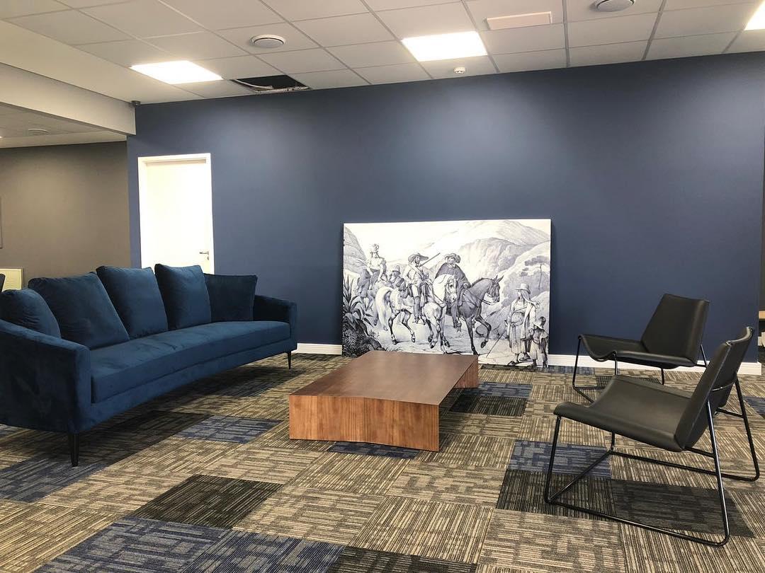 composição de sofa com parede azul