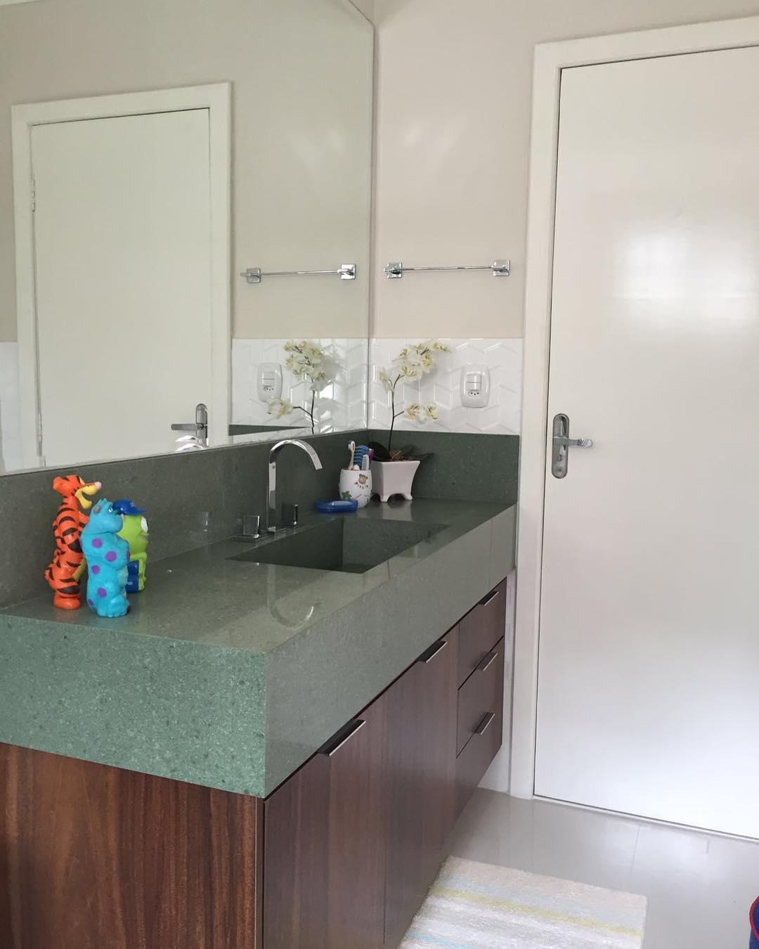 banheiro com bancada verde e madeira
