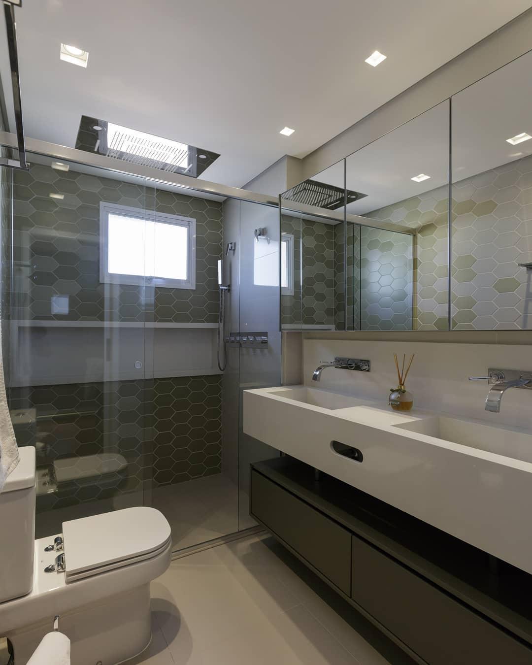 banheiro verde com branco delicado