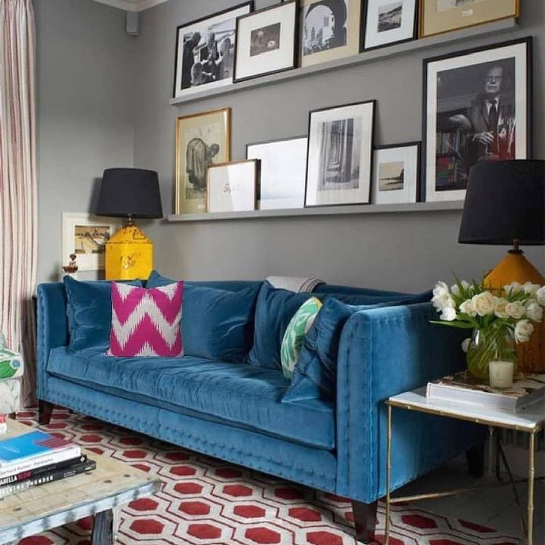sofa azul com almofadas coloridas