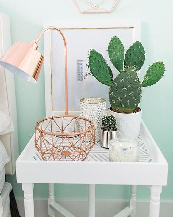 mini cacto em mesinha com vasos brancos e rose gold