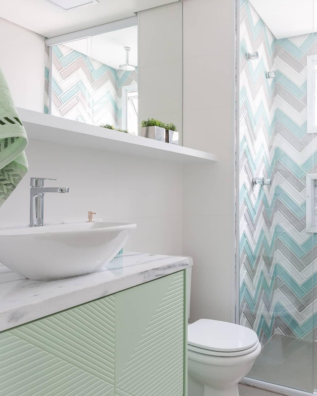 banheiro verde agua e branco