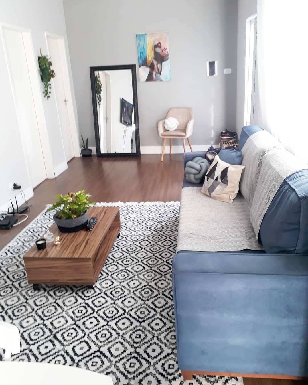 sofa azul e decoração preta e branca