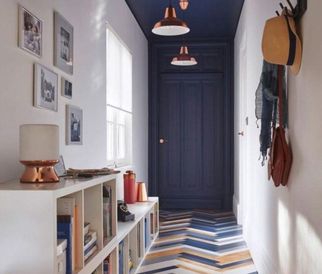 corredor decorado com piso diferente e porta colorida