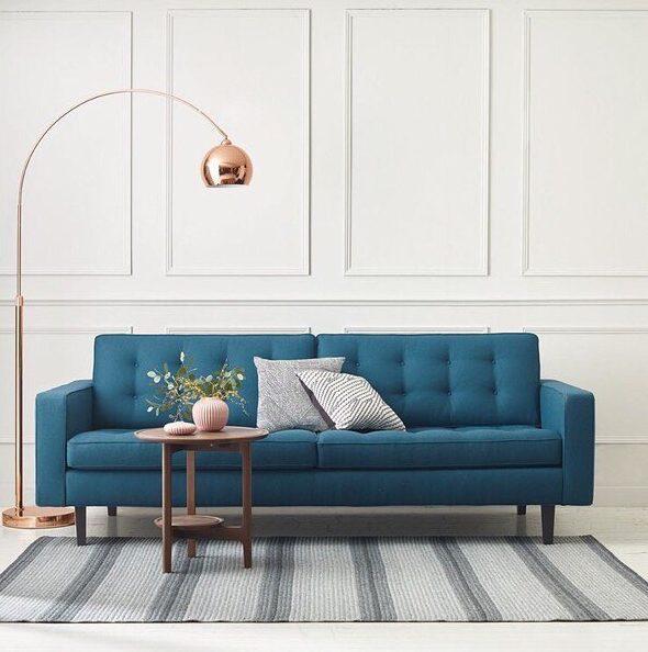 sala branca classica com sofa azul